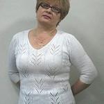 Белый пуловер, связанный ажурным узором