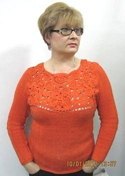 оранжевый пуловер с фантазийной кокеткой