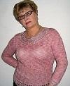 Розовый пуловер с атласной отделкой