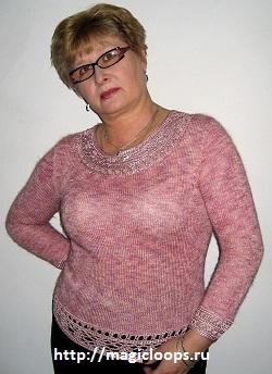 Розовый пуловер с атласной отделкой.