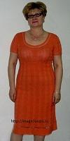 оранжевое платье с узором из кос.