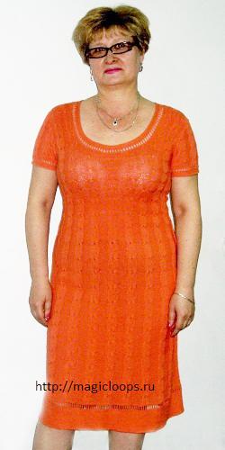 Оранжевое платье с узорами из кос.