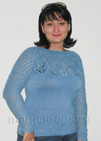 голубой пуловер с ажурной кокеткой.