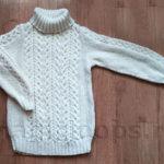 Белый пуловер с узором из кос